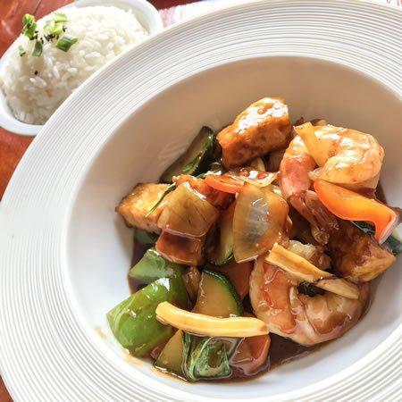 Tajska świeża bazylia z krewetkami i tofu